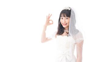 OKサインをするドレス姿の花嫁の写真素材 [FYI04714784]