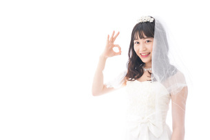 OKサインをするドレス姿の花嫁の写真素材 [FYI04714785]