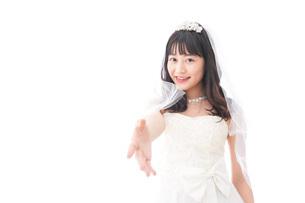 握手をするドレス姿の花嫁の写真素材 [FYI04714792]