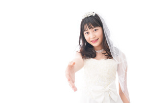 握手をするドレス姿の花嫁の写真素材 [FYI04714797]