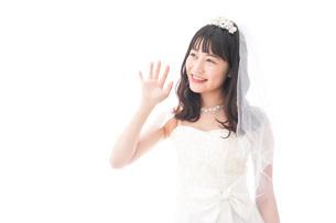 手をふるドレス姿の花嫁の写真素材 [FYI04714804]
