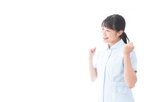 ガッツポーズをする若い看護師の写真素材 [FYI04714836]