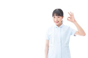 OKサインをする若い看護師の写真素材 [FYI04714837]