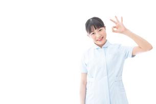 OKサインをする若い看護師の写真素材 [FYI04714838]