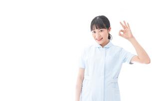 OKサインをする若い看護師の写真素材 [FYI04714839]