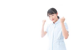 ガッツポーズをする若い看護師の写真素材 [FYI04714843]