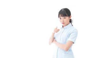 怒りを感じる若い看護師の写真素材 [FYI04714844]