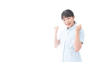 ガッツポーズをする若い看護師の写真素材 [FYI04714847]