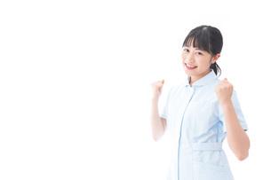 ガッツポーズをする若い看護師の写真素材 [FYI04714848]