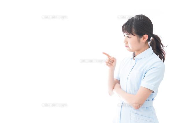 怒りを感じる若い看護師の写真素材 [FYI04714850]