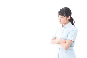 怒りを感じる若い看護師の写真素材 [FYI04714851]
