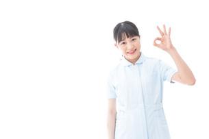 OKサインをする若い看護師の写真素材 [FYI04714852]