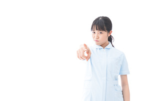 怒りを感じる若い看護師の写真素材 [FYI04714857]