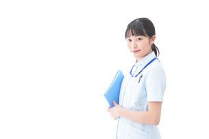 笑顔の若い看護師の写真素材 [FYI04714860]