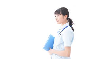 笑顔の若い看護師の写真素材 [FYI04714864]
