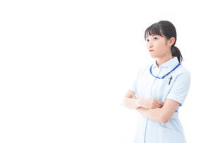 怒りを感じる若い看護師の写真素材 [FYI04714871]