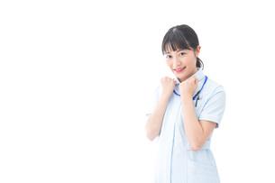 ガッツポーズをする若い看護師の写真素材 [FYI04714889]