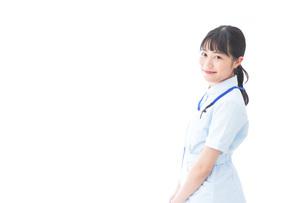 笑顔の若い看護師の写真素材 [FYI04714891]