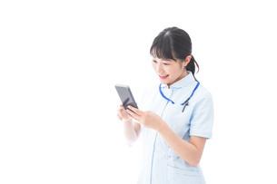 スマホを使う若い看護師の写真素材 [FYI04714909]