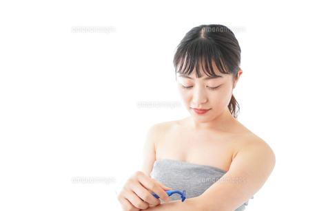 肌の脱毛をする若い女性の写真素材 [FYI04714920]