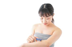肌の脱毛をする若い女性の写真素材 [FYI04714935]