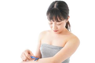 肌の脱毛をする若い女性の写真素材 [FYI04714938]