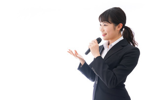 司会をする若いビジネスウーマンの写真素材 [FYI04714984]