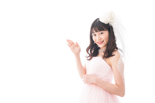 ポイントを指差す若い花嫁の写真素材 [FYI04714986]