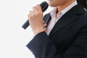 司会をする若いビジネスウーマンの写真素材 [FYI04714993]