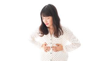 腹痛で苦しむ若い女性の写真素材 [FYI04715006]