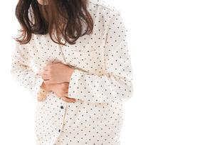腹痛で苦しむ若い女性の写真素材 [FYI04715016]