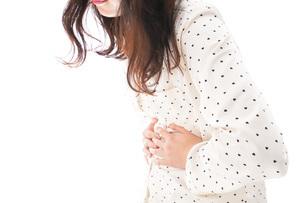 腹痛で苦しむ若い女性の写真素材 [FYI04715036]