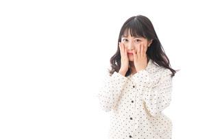 目覚める若い女性の写真素材 [FYI04715043]