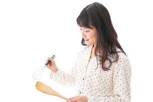 朝食を作る若い女性の写真素材 [FYI04715047]