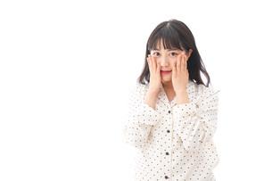 目覚める若い女性の写真素材 [FYI04715052]