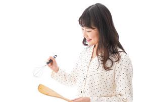 朝食を作る若い女性の写真素材 [FYI04715058]