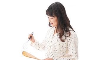 朝食を作る若い女性の写真素材 [FYI04715060]