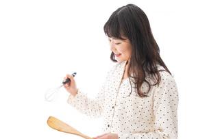 朝食を作る若い女性の写真素材 [FYI04715061]