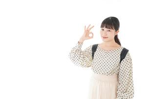 グッドサインをする笑顔の女子学生の写真素材 [FYI04715083]