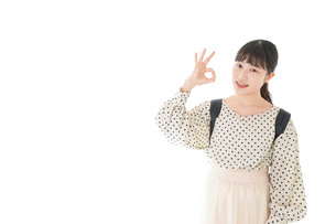 グッドサインをする笑顔の女子学生の写真素材 [FYI04715084]