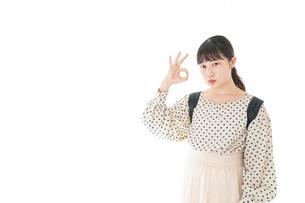 グッドサインをする笑顔の女子学生の写真素材 [FYI04715085]