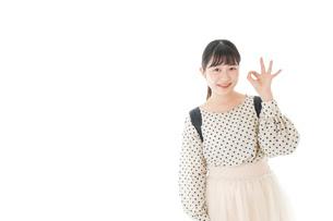 グッドサインをする笑顔の女子学生の写真素材 [FYI04715086]