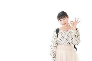 グッドサインをする笑顔の女子学生の写真素材 [FYI04715087]