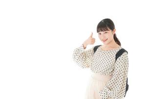 グッドサインをする笑顔の女子学生の写真素材 [FYI04715092]