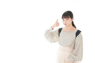 グッドサインをする笑顔の女子学生の写真素材 [FYI04715093]