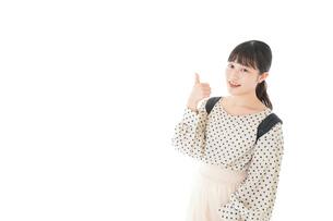 グッドサインをする笑顔の女子学生の写真素材 [FYI04715094]