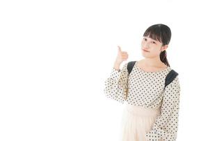 グッドサインをする笑顔の女子学生の写真素材 [FYI04715095]