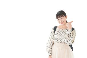 グッドサインをする笑顔の女子学生の写真素材 [FYI04715097]