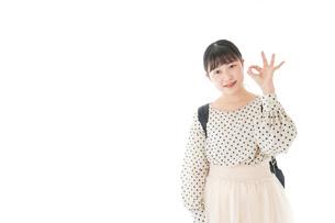 グッドサインをする笑顔の女子学生の写真素材 [FYI04715098]