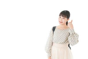 グッドサインをする笑顔の女子学生の写真素材 [FYI04715099]